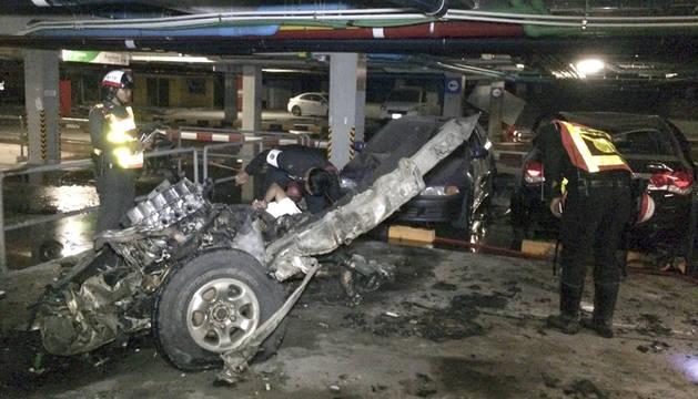 La Policía inspecciona el vehículo que explotó en un centro comercial de Koh Samui (Tailandia).