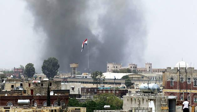 Humo tras un bombardeo en Sanaía, Yemen.
