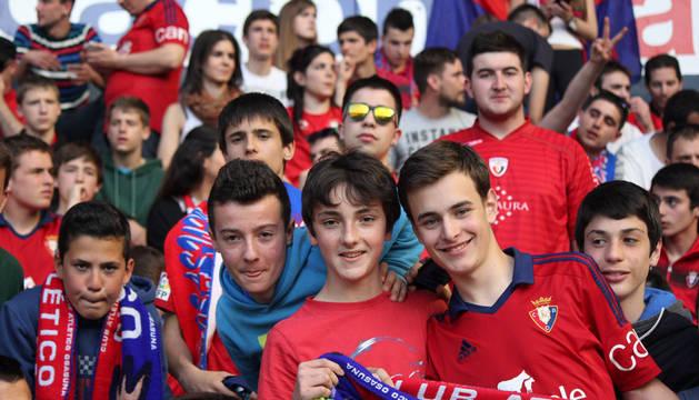 Imágenes de los aficionados presentes en el estadio El Sadar en el partido entre el Osasuna y el Numancia disputado el 12/04/2015.