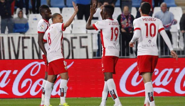Los jugadores del Almeria celebran uno de los tres goles.