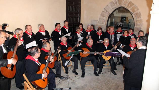 Los auroros de Tudela, en un momento de su actuación en el claustro.