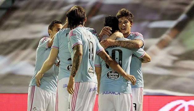 Los jugadores del Celta de Vigo celebran uno de los seis tantos.