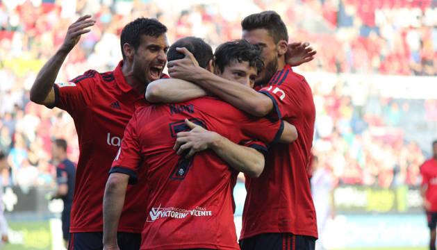 Los jugadores de Osasuna celebran el gol de Nino.