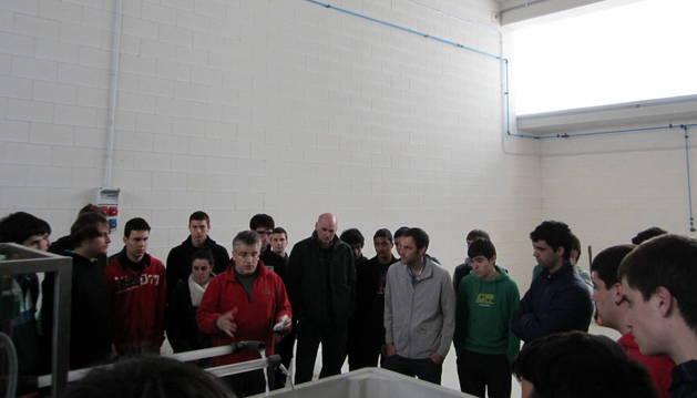 Mikel Soravilla explica a un grupo de alumnos su actividad.