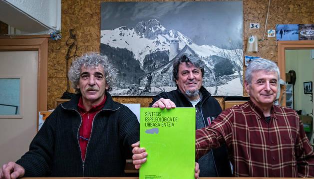 Jesús Fernández de Muniáin, Agustín Chasco y Ángel Luquin muestran la portada del libro.