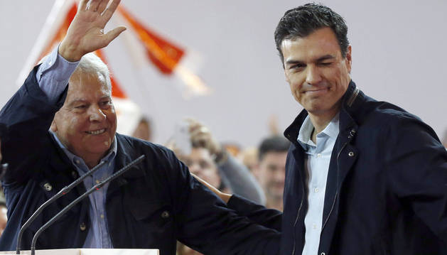 El secretario general del PSOE, Pedro Sánchez, acompañado por el expresidente del Gobierno Felipe González.