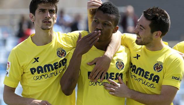 Los jugadores del Villarreal celebran el primer gol del partido.