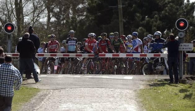 Ciclistas, en el paso a nivel de la París-Roubaix
