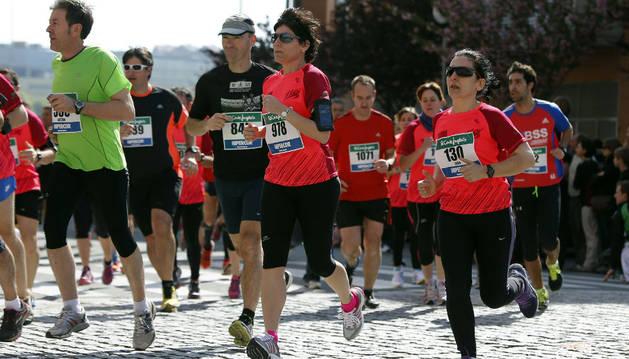 Un grupo de corredores transcurre por las calles de Huarte en la edición del año pasado.