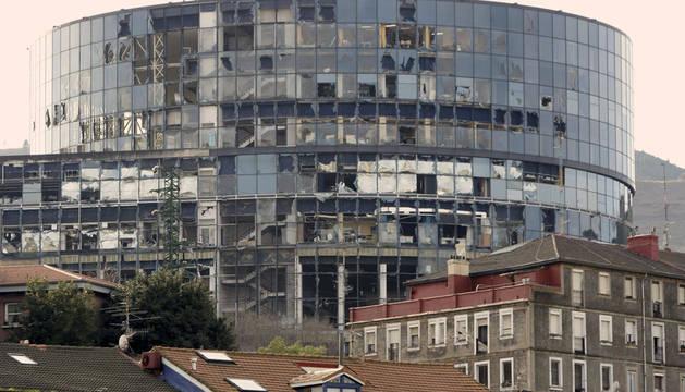Vista de la sede de la Televisión autonómica del País Vasco, EITB, en el centro de Bilbao, tras la explosión de un artefacto en 2008.