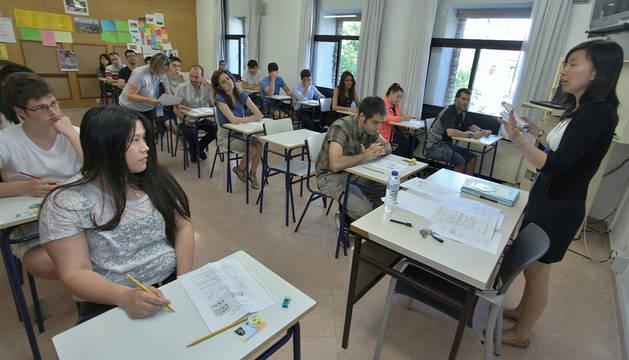 Alumnos examinándose del primer nivel de chino de la prueba HSK, en junio de 2014, en la EOIP.