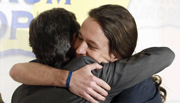 El secretario general de Podemos, Pablo Iglesias, abraza al candidato de Podemos a la Comunidad de Madrid, José Manuel López Rodríguez (i), tras presentarle en un desayuno informativo del Fórum Europa.