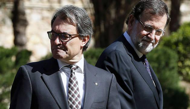 Rajoy (d), junto a Mas), tras la foto de familia de los participantes en la conferencia ministerial UE-Mediterráneo en Barcelona.