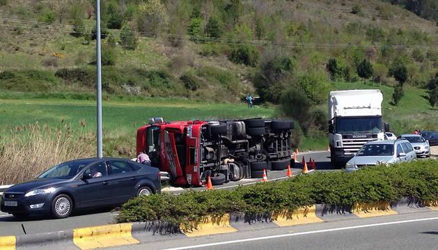 El camión que volcó en Ansoáin.