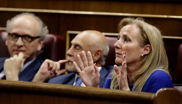 La diputada del PP Lourdes Mendez muestra sus manos como señal de que se abstiene.