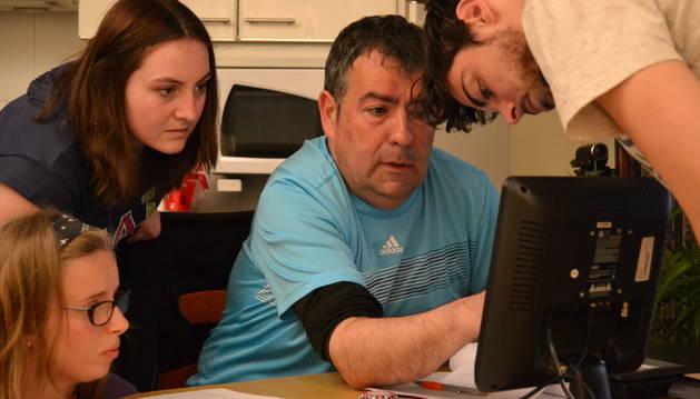 El director, Tomás Paterna, en la preparación del corto con varios alumnos.