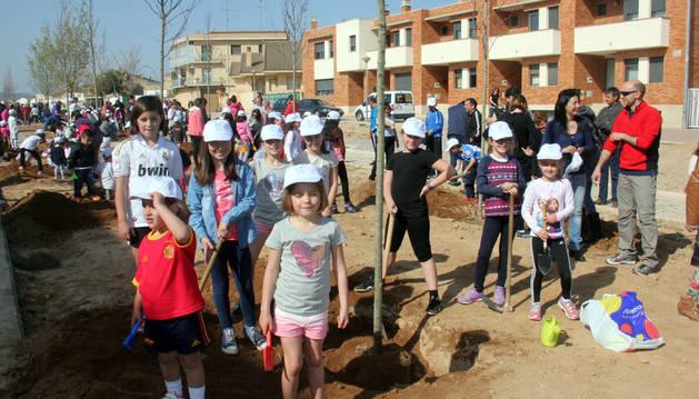Un grupo de niños participante en la plantación del Día del árbol.