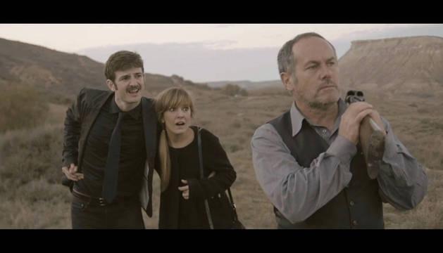 Los actores Gorka Otxoa, Miriam Cabeza y Santi Ugalde, en una escena del cortometraje Un paseo en familia, ganador del II Certamen 'Navarra Tierra de Cine'.