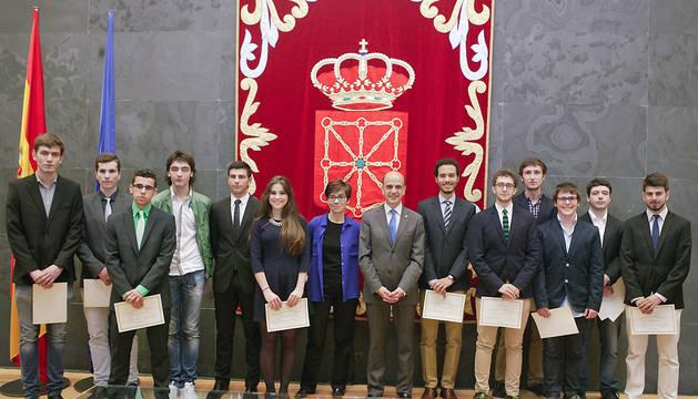 Alberto Catalán y Eloísa Ramírez, junto a los universitarios premiados.