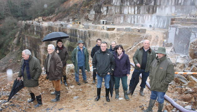 Miembros de una delegación del Parlamento que se desplazó en enero a Alkerdi, en Urdax.