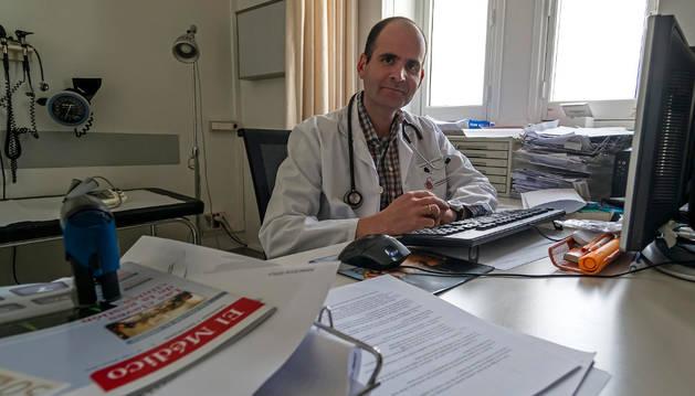 Carlos Híjar Grávalos, en su consulta del centro de salud de Estella.