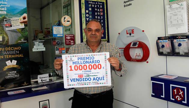 Pedro Fernández Ortigosa, en el local en el que vendió el boleto premiado de la Primitiva.