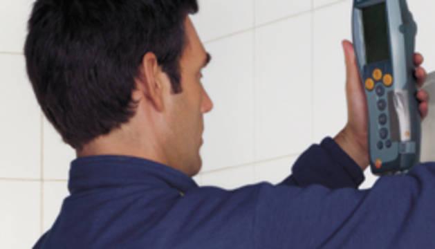 Un técnico revisa una caldera.
