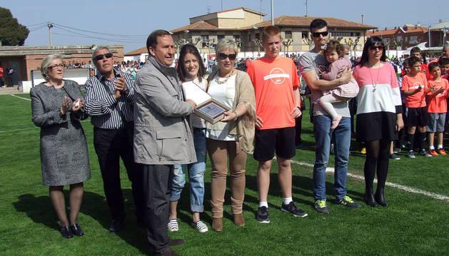 El presidente de la Federación Navarra de Fútbol entrega una placa a Alicia Burgui.