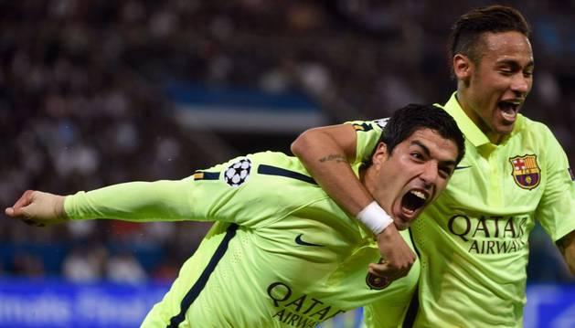 Suárez celebra un gol junto a Neymar