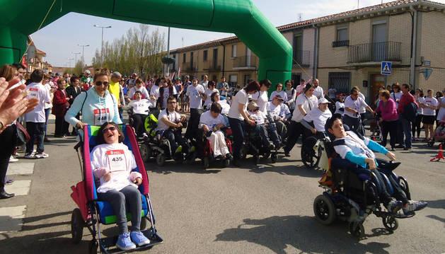 Miembros de Aspace abrieron la marcha ayudados por familiares y amigos.