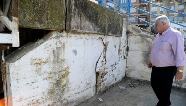 El alcalde muestra los desperfectos y las grietas surgidos en el puente.