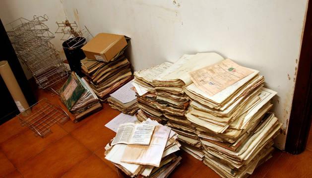 Estado en que quedaron algunos documentos del juzgado y el registro civil tras la inundación.
