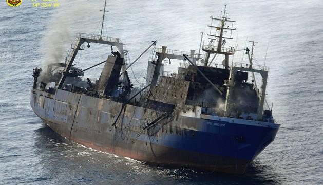 El pesquero, incendiado antes de hundirse.
