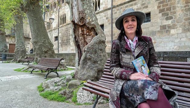 Mónica Gallego, en la plaza de San Martín. Detrás, el árbol con la hendidura que ha inspirado su cuento para los más pequeños.