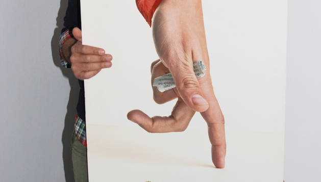 Gorka Aizpurua posa con el cartel ganador en un fotomontaje realizado por él mismo.
