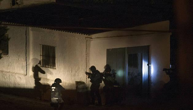 Un hombre se atrinchera en su casa tras disparar al novio de su hija