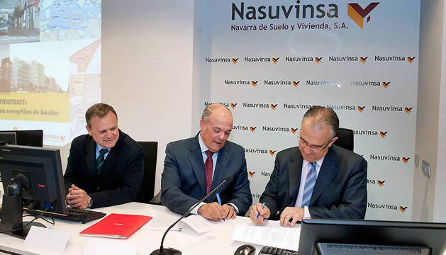 El consejero Zarraluqui y el alcalde Maya firman el convenio.