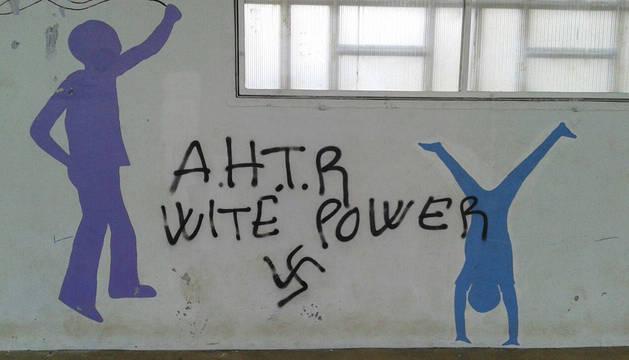 Aparecen pintadas con símbolos nazis en el colegio y centros públicos de Ultzama