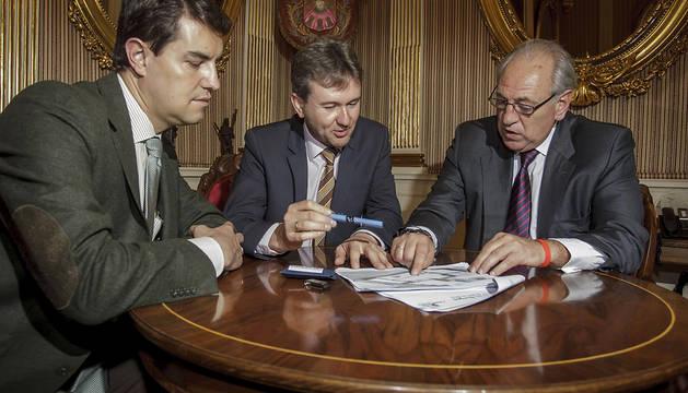 El presidente de Campofrió con el alcalde y teniente de alcalde de Burgos.