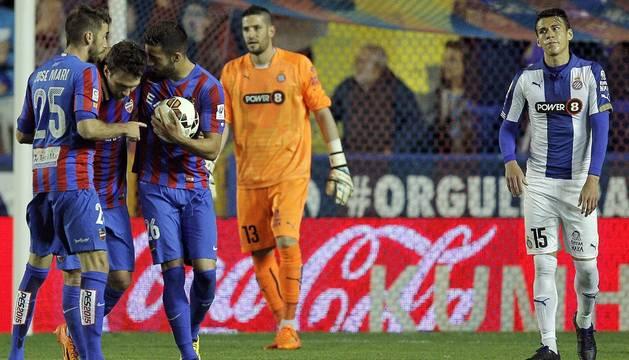 Los jugadores del Levante celebran su segundo gol.