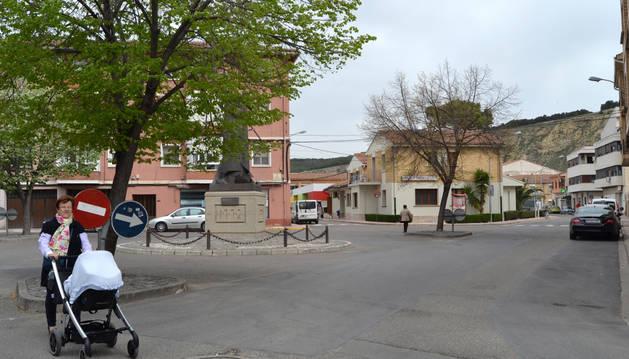 Plaza de La Constitución de Azagra, al fondo el consultorio médico y la fachada del centro joven