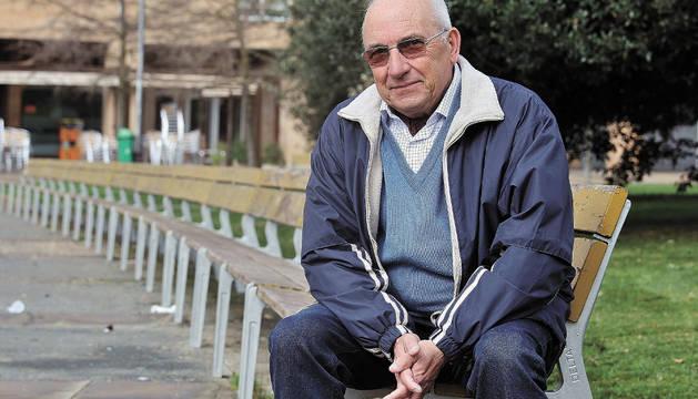Miguel Ángel Acaz en el paseo de los Enamorados de la Rochapea, barrio en el que vive desde que se casó en 1963.