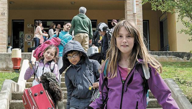 Alumnos abandonan el albergue juvenil Oncineda finalizada su English Week. Esta primera tanda ha reunido a 69 escolares más sus profesores de centros de Corella, Fustiñana y Burlada.