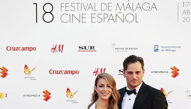 Los actores y presentadores de la gala inaugural del Festival de Málaga, Silvia Abascal y Asier Etxeandia, posan para los fotógrafos a su llegada.