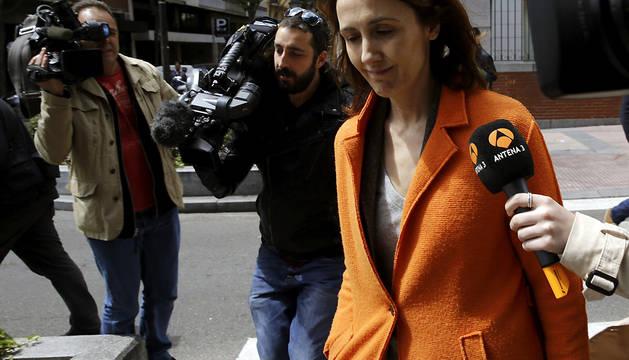 La pareja del exvicepresidente del Gobierno Rodrigo Rato Alicia González Vicente, sale de su domicilio.