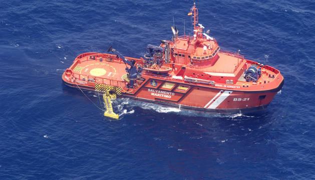 Uno de los buques de Salvamento Marítimo recoge restos de hidrocarburos.