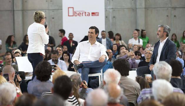 Sánchez, con el candidato a la alcaldía de Barcelona, Jaume Collboni, y la concejala Carme Andrés.