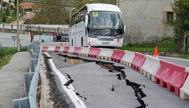 El autobús escolar encuentra serias dificultades cada día para atravesar el tramo.