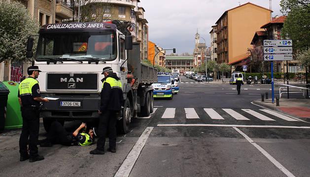 Policías municipales atienden el atropello.