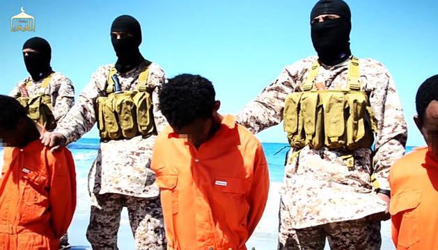 Captura del vídeo que muestra el asesinato de cristianos.